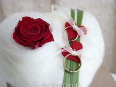 Ringkissen - Ringkissen Herz rot weit mit echter haltbarer Rose - ein Designerstück von Meissner-Floristik bei DaWanda