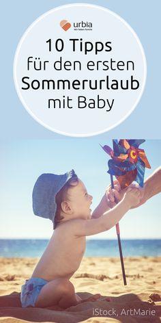 Zum ersten Mal mit dem Baby oder Kleinkind in die Sommerferien? Das ist nicht nur für die Kinder, sondern auch für die Eltern spannend. Zehn Tipps, damit der erste Sommerurlaub mit Kind auch den Kleinsten richtig gute Laune macht! #sommerurlaub #baby #ersterurlaubmitbaby