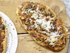 Pizza mit Pilzen und Ziegengouda: Lust auf Pizza mit Pilzen? Dann ist dieser vegetarische Sattmacher genau das Richtige!.