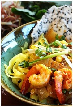 Mi Quang (Vietnamese Tumeric Noodles from Quang Nam). One of my favorite dishes. Vietnamese Soup, Vietnamese Cuisine, Vietnamese Recipes, Indian Food Recipes, Asian Recipes, Viet Food, Pasta, Asian Cooking, Mets