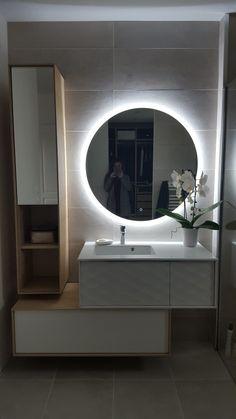 Salle de bain moderne Tile Ideas, Banjo, Strip Lighting, Bathroom Lighting, Sink, Laundry, House Design, Shower, Mirror