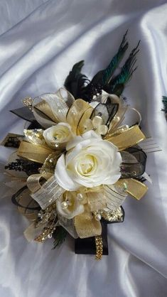 Black and gold prom corsage from Hen House Designs www.henhousedesig… Schwarz und Gold Prom Corsage von Hen House Designs www. Black Corsage, Gold Corsage, Prom Corsage And Boutonniere, Flower Corsage, Corsage Wedding, Wrist Corsage, Corsages, Boutonnieres, Prom Flowers