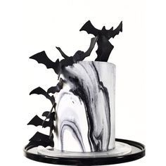 What a nice Bat Cake Halloween Bats, Halloween Snacks, Halloween Cupcakes, Pretty Cakes, Cute Cakes, Beautiful Cakes, Magic Chocolate Cake, Scary Cakes, Gothic
