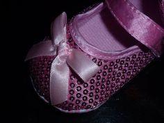Sapatinhos com lantejoulas rosa, lacinho à frente.Tamanho 3-6 e 6-9 meses. 13€ (correio registado para Portugal) Mary Janes, Portugal, Baby Shoes, Sneakers, Clothes, Fashion, Sequins, Shoes, Pink