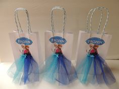 Elevate your Frozen party with these very cute and artsy Frozen birthday favor bag! Bag is made of paper, decorated with Frozen graphics and