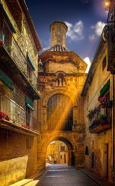 Calaceite es un pueblo de Aragón, provincia de Teruel. Es uno de los conjuntos urbanos mejor conservados del Matarraña, con numerosas casas señoriales, capillas, ermitas, portales y un bonito Ayuntamiento con lonja del siglo XVII. El municipio está declarado Conjunto de Interés Histórico Artístico. Leer más: http://www.minube.com/viajes/espana/teruel/calaceite