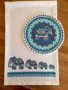Eşsiz Maison De Fee tasarımı runnerlarla sofralarınızda fark yaratın. Kolay yıkanabilir ve renklerde solma yapmaz. Misket polyester kumaş üzerine dijital baskı Cushion Embroidery, Embroidery Stitches, Embroidery Patterns, Hand Embroidery, Cross Stitch Borders, Cross Stitch Patterns, Traditional Tapestries, African Paintings, Ramadan Decorations