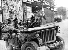 War The lieutenant-colonel Jacques Massu (in the foreground), crossing Stains ( Seine-Saint-Denis) in a jeep of the DB. August LAPI - pin by Paolo Marzioli Military Jeep, Military Vehicles, Army Ranks, Willys Mb, Old Jeep, Jeep Dodge, Bad Picture, Band Of Brothers, French Army