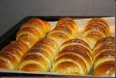 Just Love Cookin': Pariziene cu nutella Sweet Pastries, Tea Cakes, Bread Rolls, Dinner Rolls, Coffee Cake, Bread Baking, Bread Recipes, Food To Make, Deserts