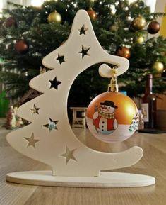 Ein Weihnachtsbaum der mit der Dekupiersäge und Sperrholz erstellt wurde.
