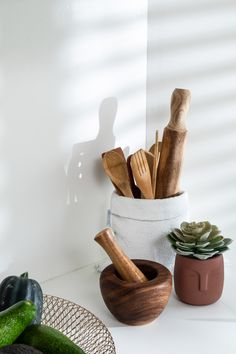 סטיילינג במטבח Kitchen styling Mortar And Pestle, Kitchen, Decor, Cooking, Decoration, Kitchens, Decorating, Cuisine, Cucina
