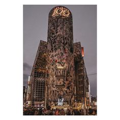 """gucci: """"Yoshito Hasaka for #GucciGram Tian  羽坂譲人 日本人フォトグラファー羽坂譲人氏にとって東京はカンヴァスですアーティストにとって常に可能性に満ちている街ですが羽坂氏はその都市構造をアートに変えますこの作品では渋谷を象徴する109にグッチのティアン プリントを重ね高層ビルのファサードには植物のつると鳥たちを配しています美しくもありやや不気味でもあるそのエフェクトはまるで世界で最も人工的な都会にジャングルが出現したようフランスのシチュエーショニスト状況主義者たちは日常生活の無感覚状態を断ち切ろうと彼らがビーチと呼ぶ敷石の下にあるものを暴こうとしました羽坂氏はバーチャルなストリートアートをもって同じような目的を達成し見る者にこの都市との関係を見直すよう迫ります@kchayka  For the Japanese photographer Yoshito Hasaka (@_f7) Tokyo is a canvas. The city is always full of possibilities for an artist but…"""
