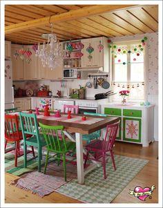Keittiönpöydän yllä olevasta kattohirrestä roikkui talven ajan nättejä, pieniä paristolyhtyjä (vilahtaa mm. täällä  ja ...