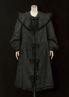 Manteau, 1905-1907, taffetas de soie noire, velours et broderies de chenille noirs (Collection privée Cristóbal Balenciaga. ©E. Emo et A. Ll...