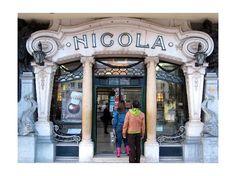 Cafe Nicola, Lisboa. Fue otro de los puntos de encuentro literarios y políticos de Lisboa cuando se inauguró en 1929. Mantiene parte de su pasado en su fachada art decó