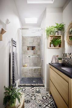 Commencez vos journées en douceur, adoptez un style zen avec des plantes, des carreaux à motif et une paroi de douche transparente. #lapeyre #lesavoirbienfaire #madeinfrance #home #salledebains #bathroom #douche #design