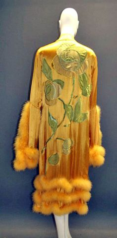 Dressing gown in viscose, silk taffeta, silk crepe and crepe de chine with marabou, ca. 1920. Modesammlung Wien Museum