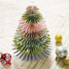 ¿Y si haces tu árbol de Navidad con papel? https://decoracionsueca.com/arbol-navideno-con-papel-de-ikea/