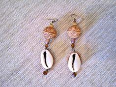 Liebevoll gefertigte Ohrhänger im afrikanischen Stil mit echten Kauri-Muscheln, Walnuss Holz, handverzierten Holzperlen und bernsteinfarbenen Glask...