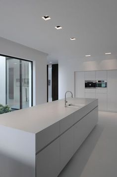 Over forty modern kitchen design ideas. The home kitchen needs to be modern, spacious and welcoming. Learn the secrets of these modern kitchen design ideas. Minimal Kitchen, Modern Kitchen Design, Interior Design Kitchen, New Kitchen, Kitchen White, Kitchen Decor, Kitchen Ideas, Kitchen Inspiration, Minimalistic Kitchen