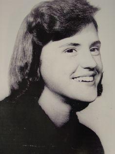 """""""Pero sin embargo, en los últimos meses había progresado y con una caligrafía que denotaba incipiente madurez escribió: «Jolene K. vino y le enseñé a hacer una tarta de cereza. Ensayado con Roxie. Bobby estuvo aquí y vimos la televisión. Se marchó a las once"""". Última anotación de Nancy Clutter en su diario. Dos horas antes de ser asesinada."""
