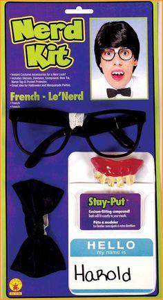 Nörtti-setti. Sisältää tekohampaat ja kiinnitysaineen, teipatut lasit, rusetin ja taskusuojan nimikyltillä.