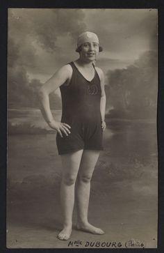 Portrait en pied de la nageuse Emilienne Dubourg en maillot de bain, photographie, années 1910-20 (Collection MNS). #Sport #Histoire #Natation
