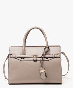 <p>L'indispensable de toute femme active : le sac à main ! On le choisi assez volumineux pour emporter toutes vos affaires, en ville et en week-end !</p> <p>Sac rigide femme. Cadenas doré avant. Breloque. 1 compartiment zippé avec plusieurs poches intérieures ultra-pratiques : 2 poches ouvertes, 1 poche plaquée zippée et 1 pochette centrale zippée. 1 poche zippée extérieure.</p> <p>27 x 37 cm</p> <p></p>
