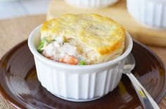 This easy turkey pot pie recipe is great for using leftover turkey! Leftover Mashed Potato Pancakes, Pie Craft, Pie Recipes, Healthy Recipes, Skillet Recipes, Zoodle Recipes, Turkey Sandwiches, Warm Food, Cooking Time