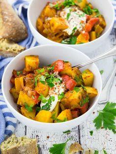 Dieses Rezept für veganes Gulasch mit Kartoffeln und Paprika ist perfekt für kalte Tage! Super lecker, schnell zubereitet, sättigend und wärmend!