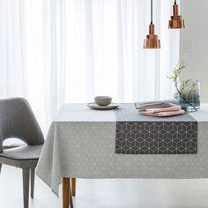 Une nappe imprimée en polycoton au bel aspect mat, anti-tache, esprit scandinave.