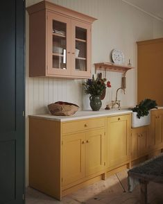 Home Decor Recibidor pink and yellow kitchen.Home Decor Recibidor pink and yellow kitchen Classic Home Decor, Classic House, Summer Kitchen, New Kitchen, Bright Kitchens, Home Kitchens, Colorful Kitchens, Kitchen Colors, Kitchen Design