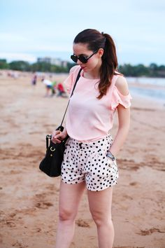 Pois pants, pink shirt, circle sunglasses & Prada bag in Darwin, Australia :)  MORE ON: http://www.ireneccloset.com/2014/05/darwin.html  fashion blogger outfit beach sea