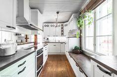 hirsitalo-keittio, ikkunan alla istuskelu