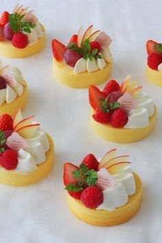 New Fruit Tart Plating Desserts Ideas Fancy Desserts, Sweet Desserts, Sweet Recipes, Delicious Desserts, Cake Recipes, Dessert Recipes, Yummy Food, Patisserie Fine, Kawaii Dessert