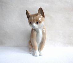 Charming Porcelain Cat Vintage.