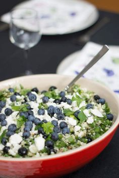 Sommersalat - Quinoasalat med persille, blåbær og feta