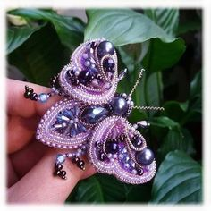 making jewelry with beads Bead Embroidery Jewelry, Beaded Embroidery, Beaded Jewelry, Beaded Bracelets, Sequin Crafts, Beaded Crafts, Jewelry Crafts, Brooches Handmade, Handmade Beads