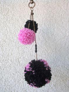Přívěsek+Pom+Pom+Přívěsek+se+třemi+bambulkami+v+růžovo+černé+barvě.+Řetízky+na+kterých+bambulky+visí,+jsou+ještě+doplněny+černými+perličkami+ve+tvaru+srdce. Crochet Earrings, Handmade, Jewelry, Hand Made, Jewlery, Jewerly, Schmuck, Jewels, Jewelery