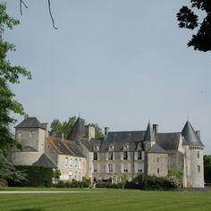 Château de Colombières, XVe, XVIIe siècle - prend sa forme actuelle à partir du XVe siècle. Ses courtines sud et est sont abattues au XVIIe siècle pour ouvrir les logis sur l'extérieur.