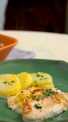 Receita com instruções em vídeo: Prático e saboroso, essa receita de peixe assado com batatas tem o toque especial do leite de coco no molho. Ingredientes: 300g de batatas em rodelas pré-cozidas, Sal, 400g de filé de peixe, ½ xícara de alho poró em fatias finas, 1 pimenta dedo de moça picada, 2 colheres de sopa de suco de limão, 200ml de leite de coco, 2 colheres de sopa de coentro picada