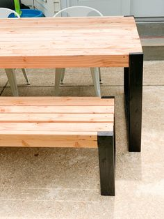 Create this DIY modern outdoor table for $45 in just a couple of hours. Such a fun way to spruce up your patio for Summer! #DIY #DIYtable Diy Outdoor Table, Outdoor Dining Set, Diy Patio, Patio Table, Diy Table, Outdoor Decor, Outdoor Sofa, Outdoor Spaces, Outdoor Living
