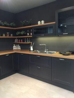 30 Fun and Fresh Decor Ideas to Make Your Kitchen Wall Looks Amazing : Petite cuisine noire - Sonja Sell - Kitchen Room Design, Modern Kitchen Design, Home Decor Kitchen, Interior Design Kitchen, Kitchen Ideas, Kitchen Colors, Interior Livingroom, Stylish Kitchen, Black Kitchens