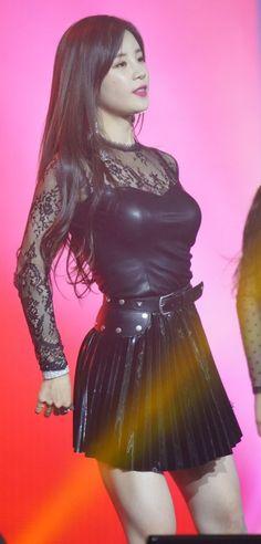 ( *`ω´) ιf you dᎾℕ't lιkє Ꮗhat you sєє❤, plєᎯsє bє kιnd Ꭿℕd just movє ᎯlᎾng. Cute Asian Girls, Beautiful Asian Girls, Cute Girls, Beautiful People, Kpop Girl Groups, Korean Girl Groups, Kpop Girls, Apink Naeun, Pleated Mini Skirt
