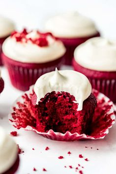 Red Velvet Cupcakes with Cream Cheese Frosting - House of Nash Eats Best Icing Recipe, Best Vanilla Cupcake Recipe, Cupcake Flavors, Cake Mix Recipes, Cupcake Recipes, Cupcake Cakes, Dessert Recipes, Frosting Recipes, Dessert Ideas