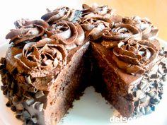 """""""Chocolate Ganache Cake"""" har fått sitt navn fordi kaken er fylt og dekket med vidunderlig ganache. Ganache (uttales """"ganasj"""") er en berømt og superdeilig sjokoladekrem som lages av mørk sjokolade og kremfløte. Kaken er mektig og utrolig nydelig! Se også """"Chocolate Ganache Cupcakes""""."""