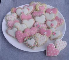 Pink hearts: pink, soft pink and lace cookies Mother's Day Cookies, Summer Cookies, Heart Cookies, Iced Cookies, Cute Cookies, Royal Icing Cookies, Cupcake Cookies, Valentines Baking, Valentines Sweets