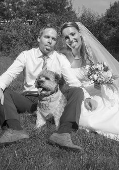 www.Trouwgeheimen.nl/trouwfotos-met-hond/ Wedding Humor, Wedding Pictures, Garden Sculpture, Couple Photos, Couples, Funny, Outdoor Decor, Couple Shots, Wedding Ceremony Pictures