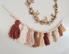 Diy Crafts To Sell, Home Crafts, Beaded Garland, Diy Tassel Garland, Garlands, Creation Couture, Boho Diy, Yarn Crafts, Felt Crafts