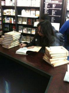 """Rachel Joyce beim Signieren der englischen Bücher, die Autorin von """"Die unwahrscheinliche Pilgerreise des Harold Fry"""""""